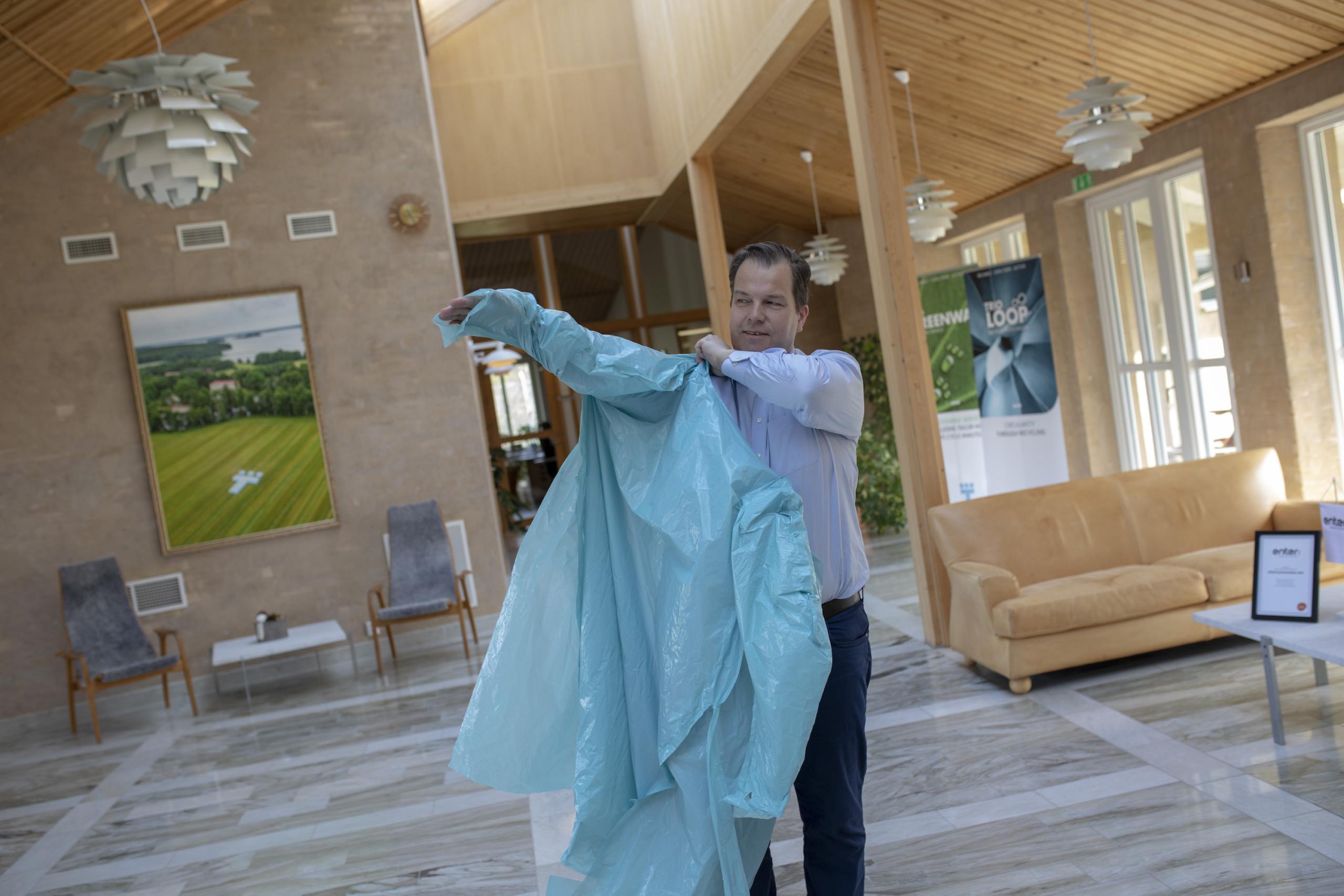 Trioplasts koncernchefen Andreas Malmberg provar förklädet TrioMummel. Foto Kalle Magnusson.
