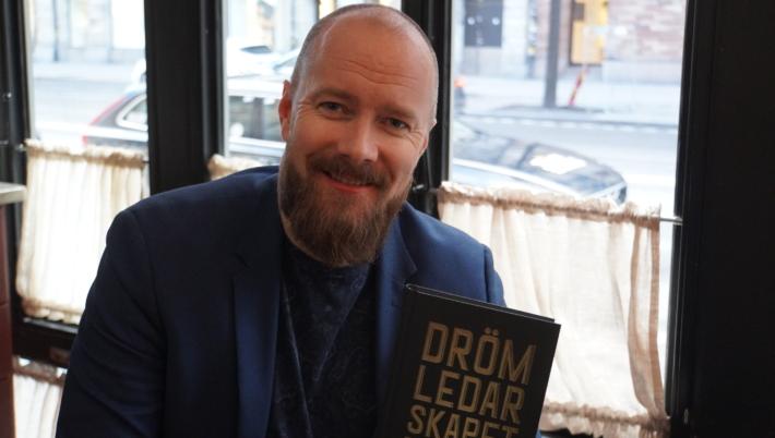 Svante Randlert med sin nya bok.