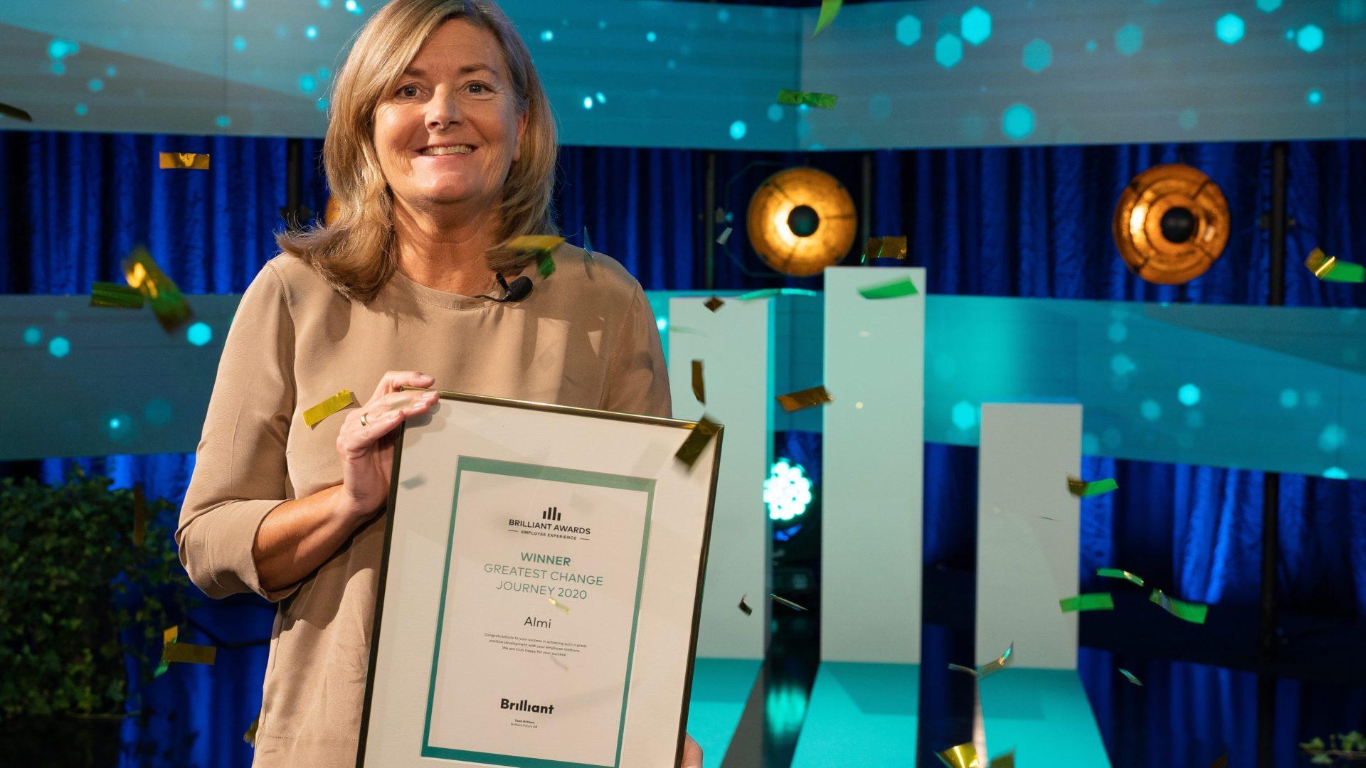 Eva Ottne, HR-direktör, tar emot Almis pris för arbetet med att öka engagemanget.